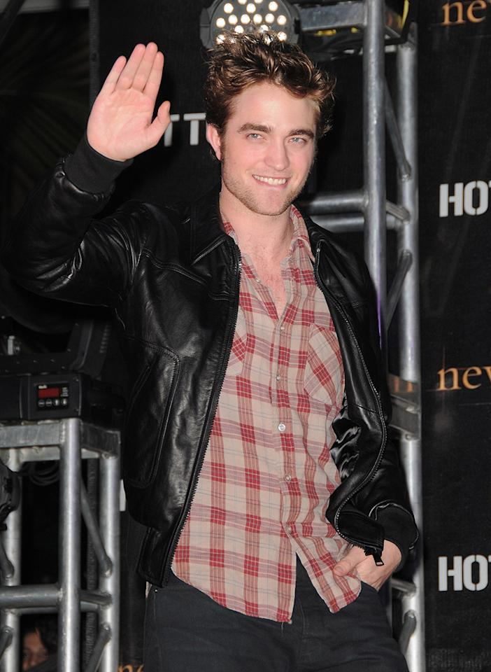 """<a href=""""http://movies.yahoo.com/movie/contributor/1808623206"""">Robert Pattinson</a> attends the <a href=""""http://movies.yahoo.com/movie/1810055802/info"""">The Twilight Saga: New Moon</a> cast tour in Hollywood, CA - 11/06/2009"""