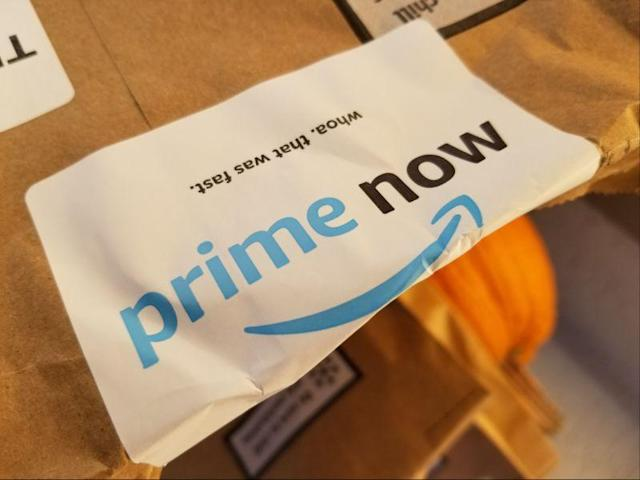 Primer plano del logotipo de Amazon Prime en una bolsa de Prime Now, un servicio de entrega el mismo día disponible para alimentos y otros productos minoristas gestionados por Amazon. (Foto de Smith Collection/Gado/Getty Images)