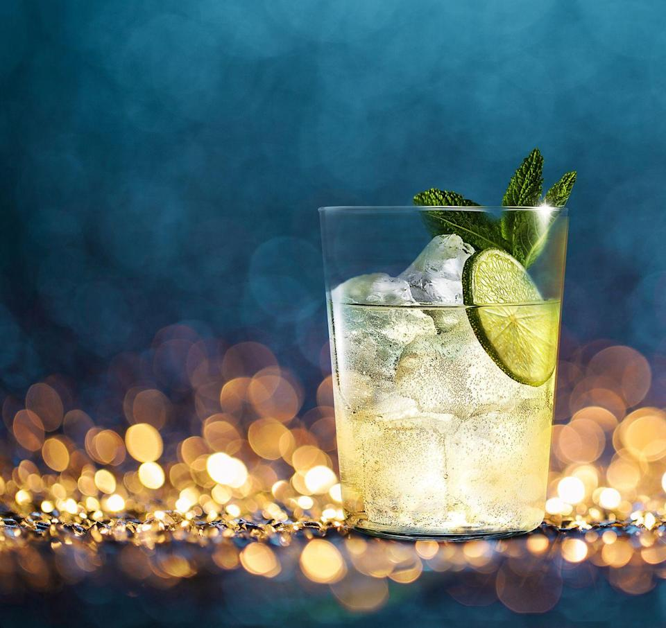 <p>Pour 60ml of Manzanilla and 140ml of lemonade over ice. Cut a lime and squeeze into the glass. Stir before garnishing with a slice of lime and 3 mint leaves.</p>
