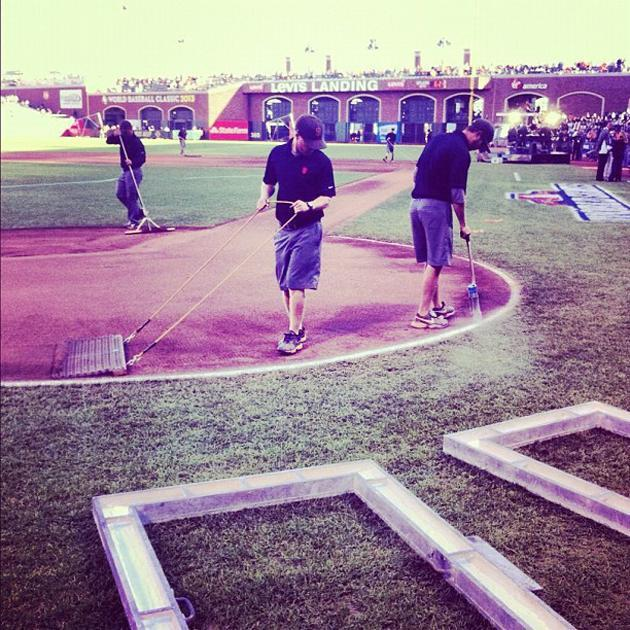 Field crew doing last-minute preps for Game 2 of the #WorldSeries. (Via @YSportsEvan) #SFGiants #Tigers