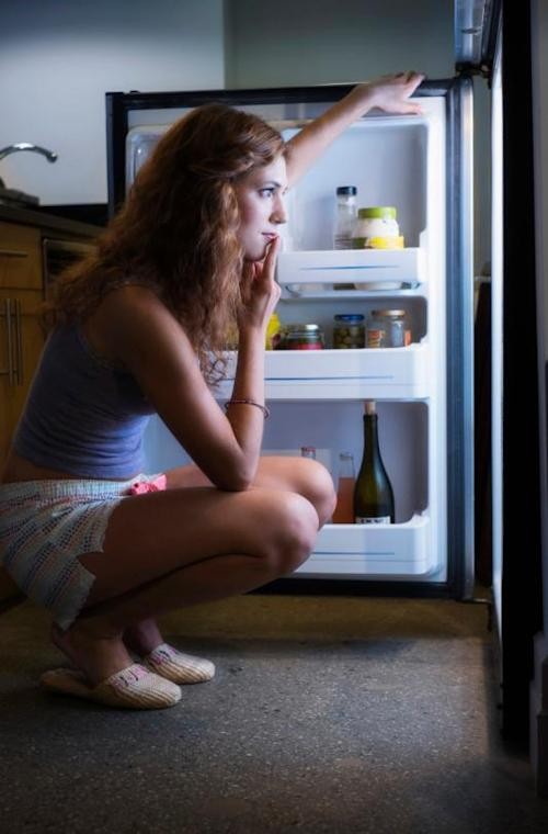 """Always seem to be """"hungry"""" at night? (Photo: Getty Images)"""