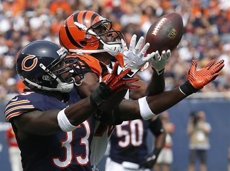 Cincinnati Bengals' Andrew Hawkins (R) makes a catch against Chicago Bears' Charles Tillman during the first quarter of their NFL football game in Chicago, Illinois, September 8, 2013. REUTERS/Jim Young
