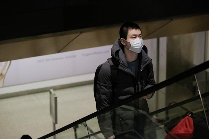 A traveler who mask him is flying directly from China, after a spokesman from the US Centers for Disease Control and Prevention (CDC) said that a traveler from China was the first person in the United States to be diagnosed with the virus pathway. Wuhan, at Seattle-Tacoma International Airport in SeaTac, Washington, USA 23 January, 2020. REUTERS / David Ryder
