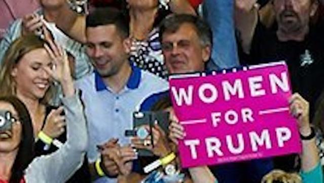 "<a class=""link rapid-noclick-resp"" href=""/nba/teams/bos"" data-ylk=""slk:Boston Celtics"">Boston Celtics</a> legend Kevin McHale was spotted at a rally for President Donald Trump in Duluth, Minn. (Twitter)"