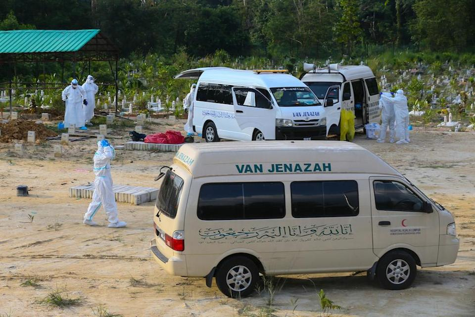 The Ministry of Health recorded another 376 deaths due to Covid-19 as of midnight yesterday.— Picture by Ahmad Zamzahuri