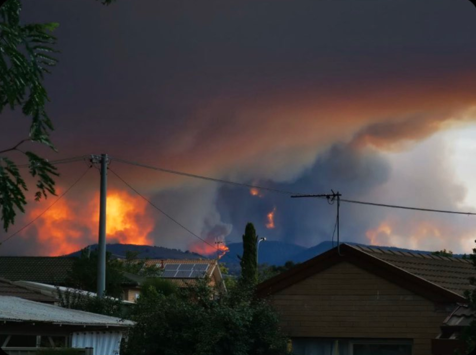 Angry flames shown coming dangerously close to a residential area. Source: Twitter/Tamzy888