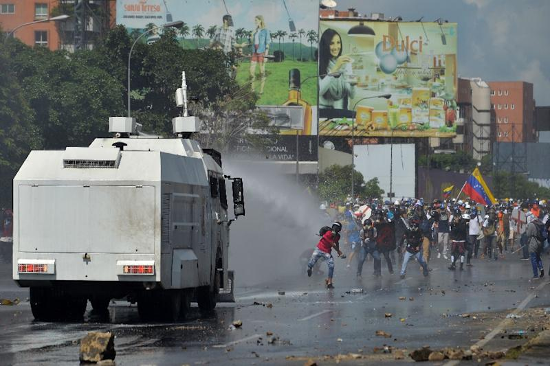Opposition activists clash with the riot police during a demonstration against President Nicolas Maduro's government in Caracas, on May 29, 2017 (AFP Photo/LUIS ROBAYO                         )