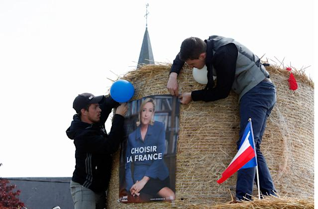 """<p>Supporters of far-right presidential candidate Marine le Pen prepare for her arrival with a poster reading """"Choose France"""", balloons and a French flag in Ennemain, northern France, Thursday, May 4, 2017. Le Pen and centrist candidate Emmanuel Macron face on in Sunday's runoff vote, with the latest polls suggesting Macron is well ahead. (AP Photo/Michel Spingler) </p>"""