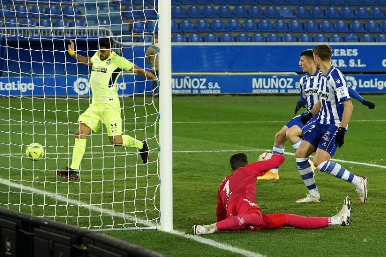 Luis Suarez (L) scored the winner in the final minute as Atletico Madrid overcame a battling Alaves