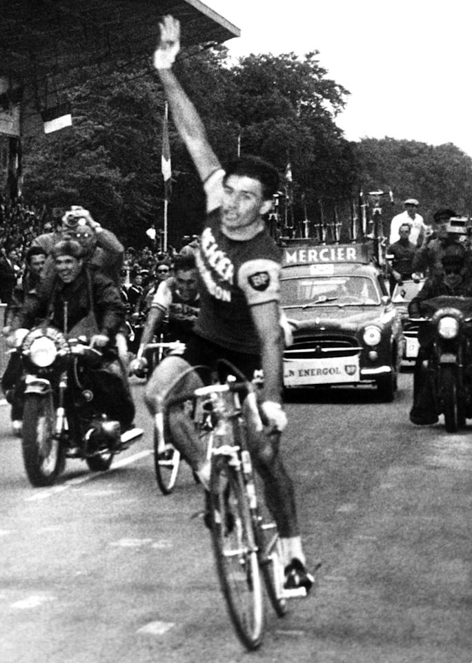Quelques semaines plus tard, Raymond Poulidor franchit en vainqueur la ligne d'arrivée aux Essarts, le Limousin décroche le titre de champion de France sur route ! (KEYSTONE-FRANCE/Gamma-Rapho via Getty Images)