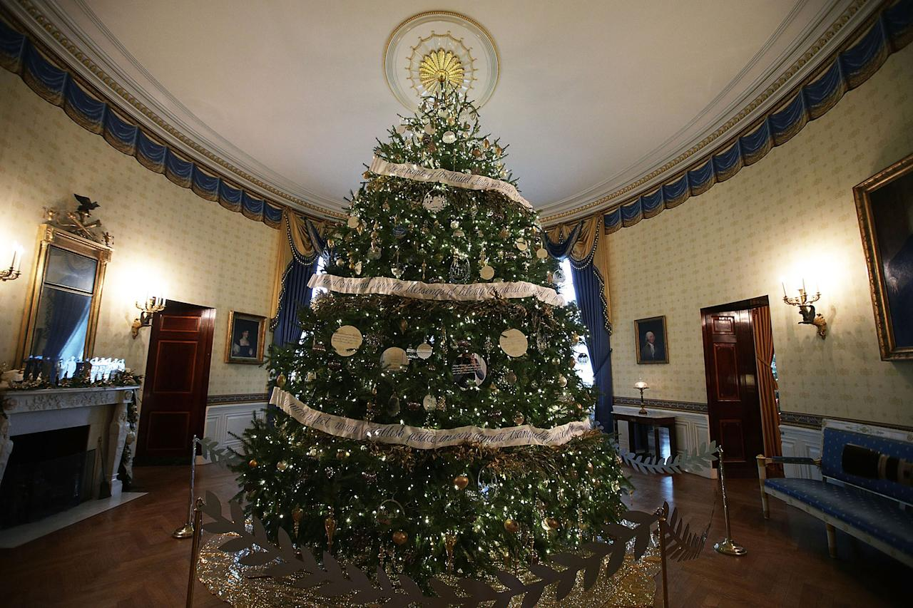 The obamas unveil the 2016 white house holiday decorations for White home decorations