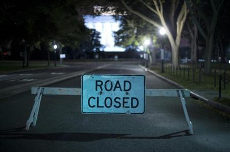 A barricade leading to the Lincoln Memorial prevents access to tourist buses in Washington, October 1, 2013. REUTERS/Jason Reed