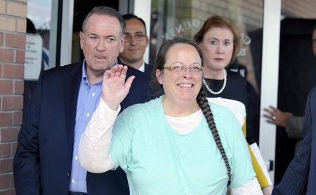 Kim Davis flanked by Republic presidential candidate Mike Huckabee waves as she walks out of jail in Grayson Kentucky
