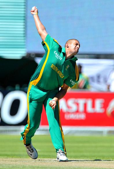 Rory Kleinveldt of South Africa bowls during the 2nd One Day International match between South Africa and New Zealand at De Beers Diamond Oval on January 22, 2013 in Kimberley, South Africa.(Photo by Duif du Toit/Gallo Images/Getty Images)