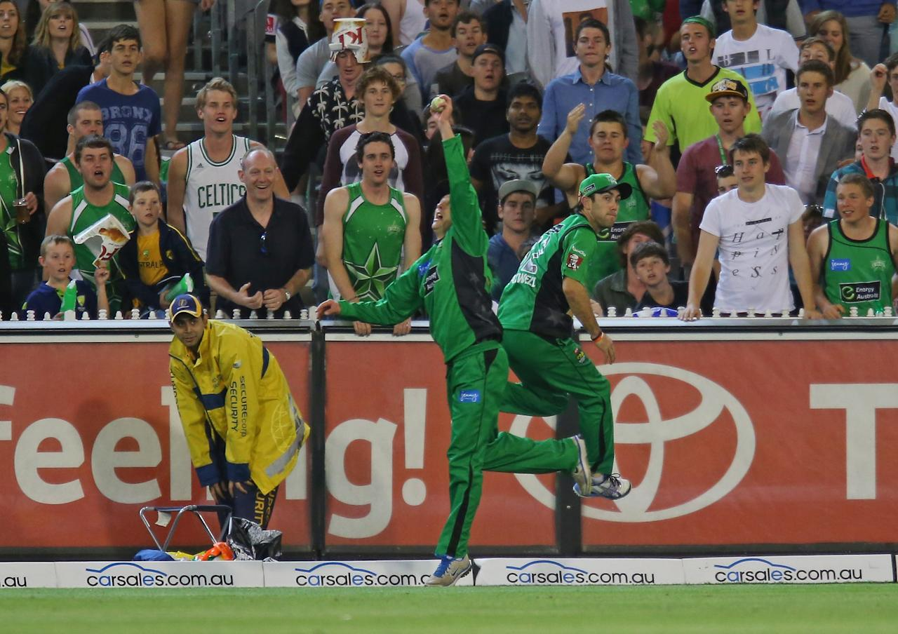MELBOURNE, AUSTRALIA - DECEMBER 21:  Glenn Maxwell and David Hussey of the Stars combine to stop the ball on the boundary during the Big Bash League match between the Melbourne Stars and the Sydney Sixers at Melbourne Cricket Ground on December 21, 2012 in Melbourne, Australia.  (Photo by Scott Barbour/Getty Images)