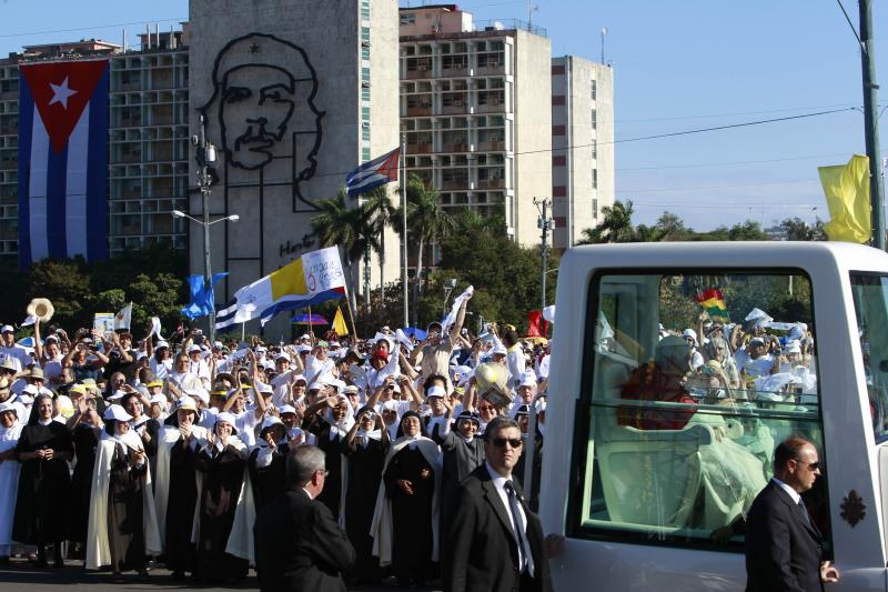 Back dropped by an image of Cuba's revolutionary hero Ernesto 'Che' Guevara, Pope Benedict XVI waves to faithful from his popemobile as arrives at Revolution Square for a Mass in Havana, Cuba, Wednesday March 28, 2012. (AP Photo/Ramon Espinosa)