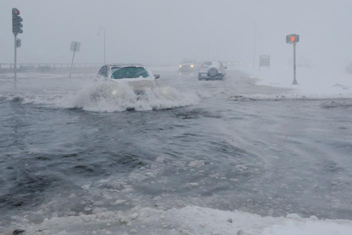 <p>Drivers make their way along the flooded Beach Road after the ocean overtopped the seawall during a winter snowstorm in the Boston suburb of Lynn, Mass., Jan. 4, 2018. (Photo: Brian Snyder/Reuters) </p>