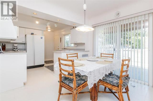 <p><span>4546 Markham St., Victoria, B.C.</span><br> The cozy kitchen is bright and sunny, perfect for a relaxing Sunday brunch.<br> (Photo: Zoocasa) </p>
