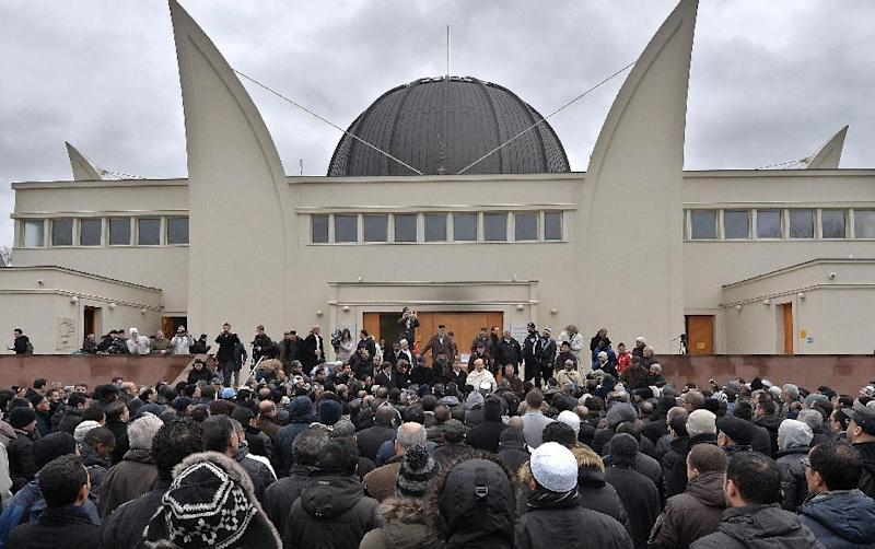 Hundreds of Muslims gather outside the Grande Mosquee to observe a minute of silence, on January 9, 2015 in Strasbourg, eastern France, after the Friday prayer, following the Islamist attack on the French satirical magazine Charlie Hebdo (AFP Photo/Patrick Hertzog)