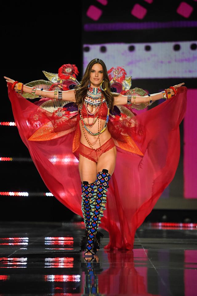 Alessandra Ambrosio (FRED DUFOUR via Getty Images)