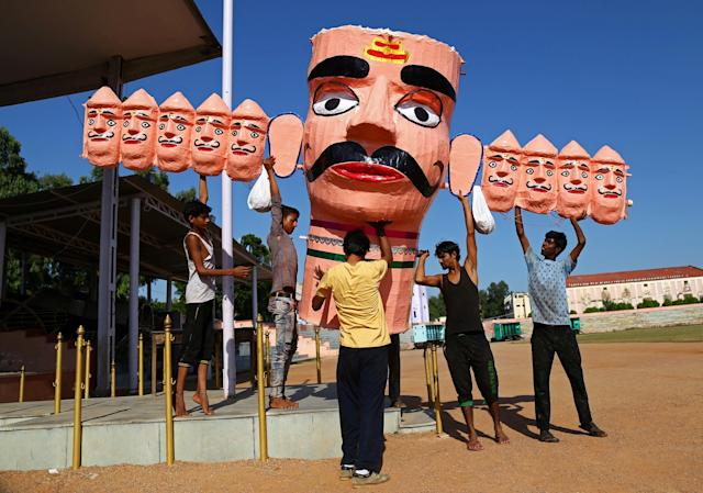 <p>Workers carry the head of an effigy of the demon king Ravana during preparations for the upcoming Hindu festival of Dussehra, in Ajmer, India, Sept. 28, 2017. (Photo: Himanshu Sharma/Reuters) </p>