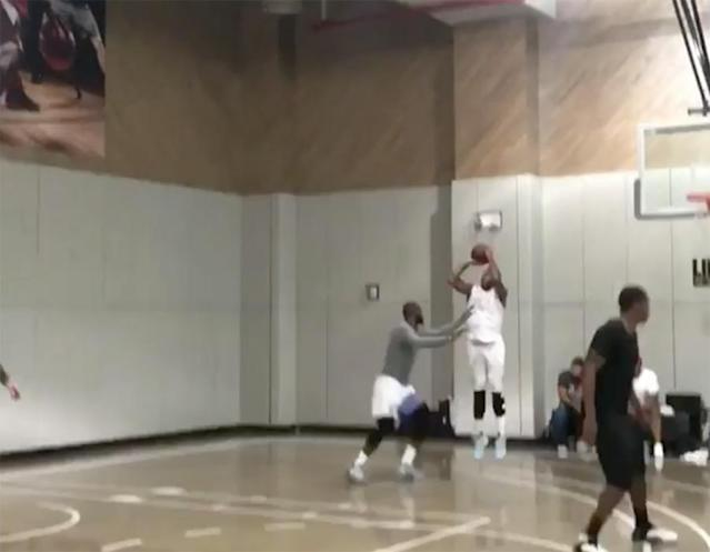 """<a class=""""link rapid-noclick-resp"""" href=""""/nba/players/3706/"""" data-ylk=""""slk:Carmelo Anthony"""">Carmelo Anthony</a> rises up for a jumper over <a class=""""link rapid-noclick-resp"""" href=""""/nba/players/3704/"""" data-ylk=""""slk:LeBron James"""">LeBron James</a> during a recent New York pickup game. (Screencap via @cbrickley603 on Instagram)"""