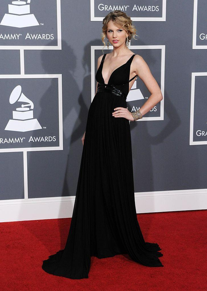 <p>The ringlet curls were still going strong in 2009 but this time Taylor opted for her hair in an elegant bun. Yas to the plunging black gown too.</p>