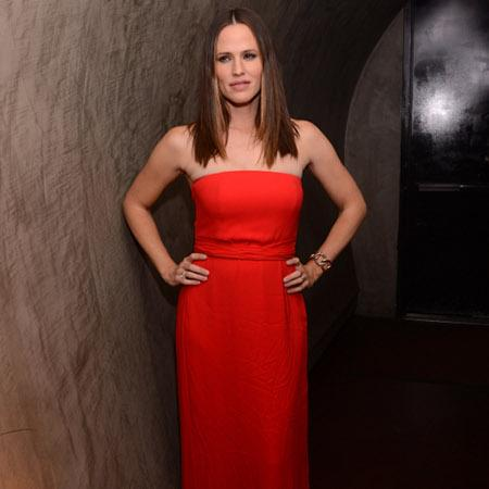 Jennifer Garner sizzles in red