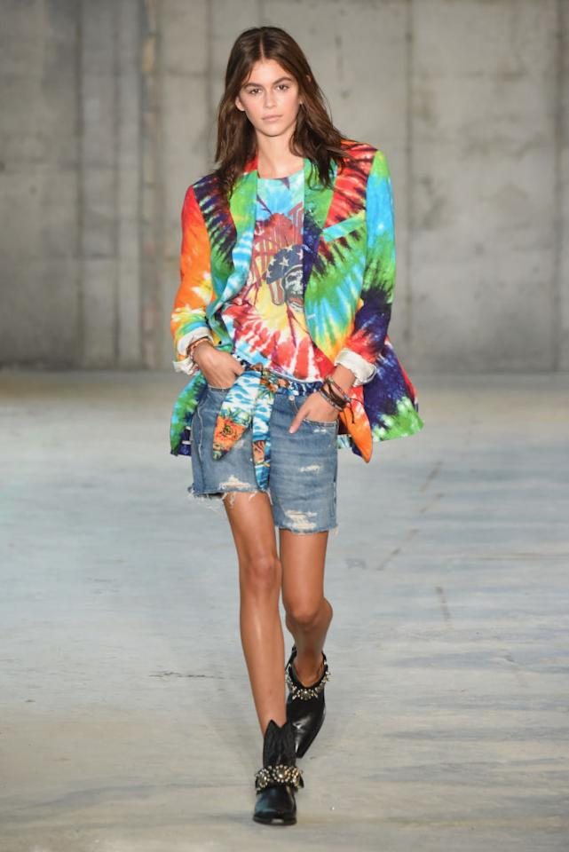 <p>Tie-dye is back. Kaia Gerber walks the R13 Spring 2019 runway in a tie-dye blazer and shirt paired with denim shirts. (Photo: Getty Images) </p>