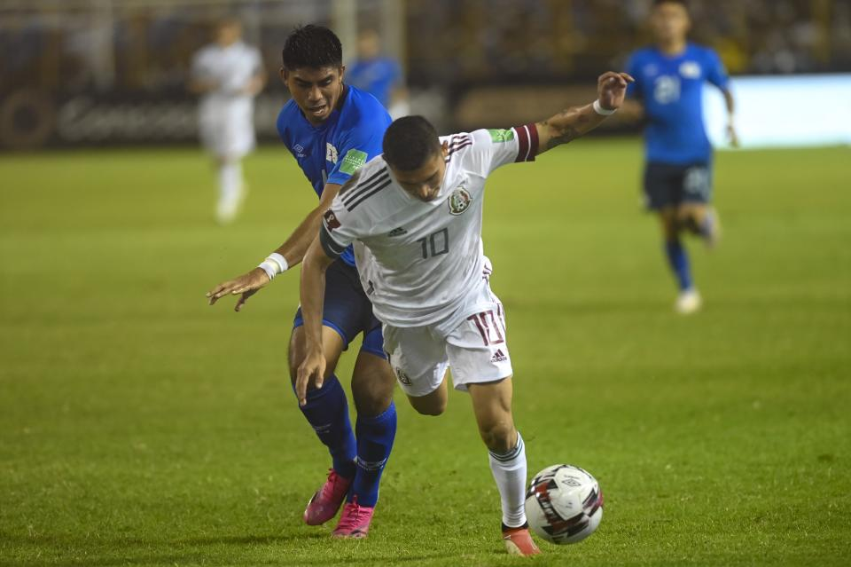 SAN SALVADOR, EL SALVADOR - OCTOBER 13: Isaac Portillo (L) from El Salvador and Orbelin Pineda from Mexico fight for the ball during the match between El Salvador and Mexico as part of the Concacaf 2022 FIFA World Cup Qualifier at Cuscatlan Stadium on October 13, 2021 in San Salvador, El Salvador. (Photo by Alex Peña/Getty Images)