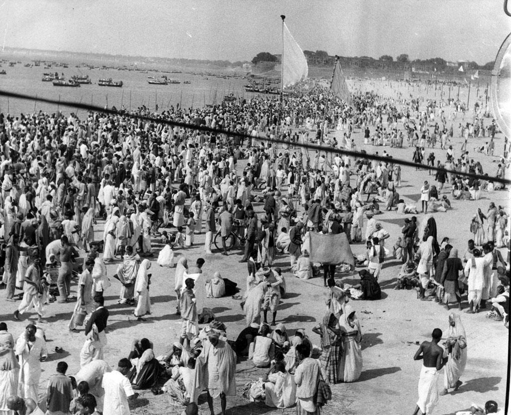 1950:  Crowds of pilgrims on the waterfront at Allabahd, India during Kumbha Melha, a month long Hindu bathing festival.  (Photo by Keystone/Getty Images)