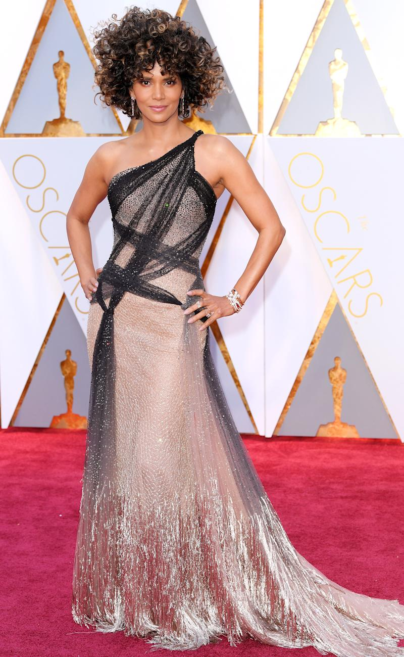Oscars 2017 Halle Berry Says Her Sexy Skin-Tight Oscars Gown Makes Her Feel u2018Romanticu2019