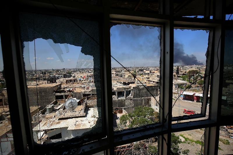 Smoke billows from Mosul's Old City where diehard Islamic State group jihadists are hunkering down as Iraqi forces press an offensive to oust them from the city (AFP Photo/AHMAD AL-RUBAYE)
