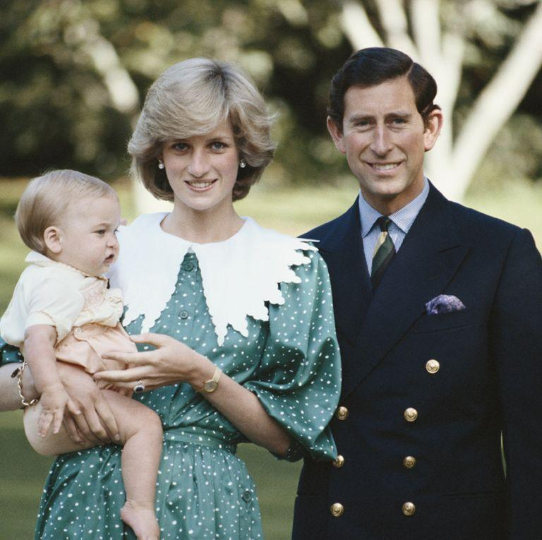 <p>Leave it to Princess Diana to take a collar to whole new fashion heights.</p>