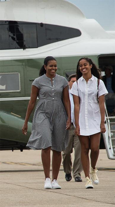 Michelle and Malia Obama step off plane to go to Miami