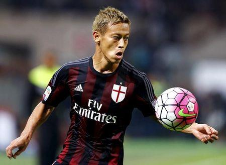 AC Milan's Keisuke Honda controls a ball during the Italian Serie A soccer match against Inter Milan at the San Siro stadium in Milan, Italy, September 13, 2015. REUTERS/Stefano Rellandini/Files