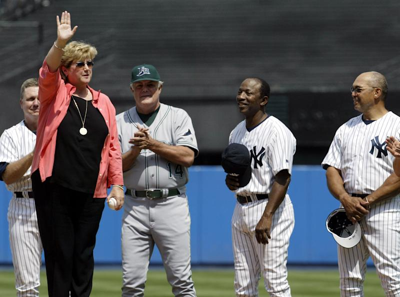Diana Munson, widow of Thurman, greets a Yankee Stadium crowd in 2004 as Lou Piniella (in Rays uniform) and others look on. (Reuters)