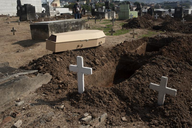 RIO DE JANEIRO, BRAZIL â JUNE 4 : Victims of Covid19 are buried in the cemetery of Inhauma, north of the city, on June 4, 2020 in Rio de Janeiro.Rio de Janeiro records more than 300 deaths by Covid-19 for the second day in a row; cases exceed 60 thousand. (Photo by Fabio Teixeira/Anadolu Agency via Getty Images)