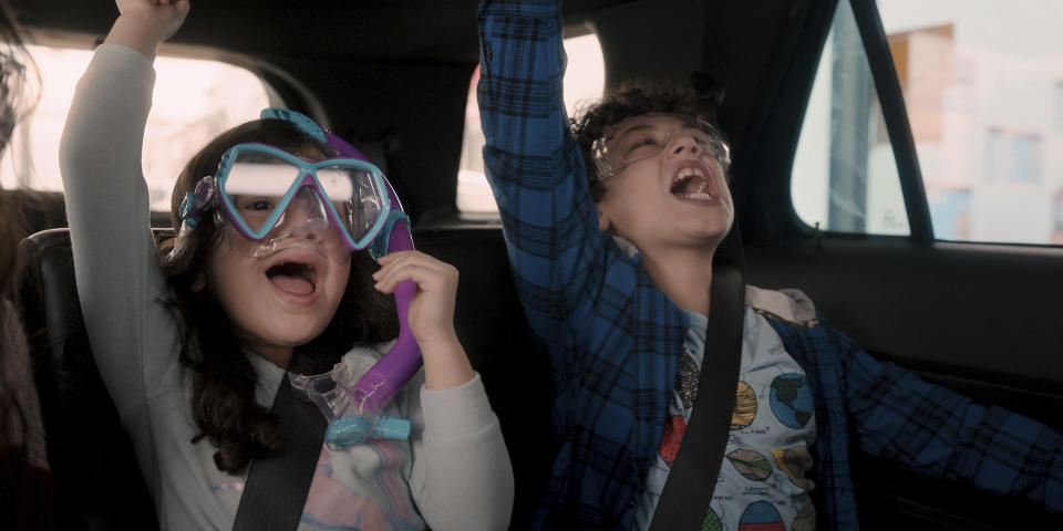 "Everly Carganilla y Julian Lerner en una escena de ""Yes Day"". (Netflix via AP)"