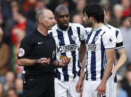 Britain Soccer Football - Manchester United v West Bromwich Albion - Premier League - Old Trafford - 1/4/17 West Bromwich Albion's Allan Nyom and West Bromwich Albion's Claudio Yacob speak to referee Mike Dean Action Images via Reuters / Lee Smith Livepic