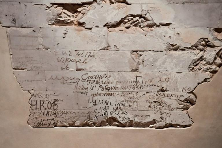 Felix even managed to meet several of the old soldiers, who had left their mark on the Reichstag's walls among the many graffiti messages by WWII Soviet soldiers that came to light in 1995 during renovation work