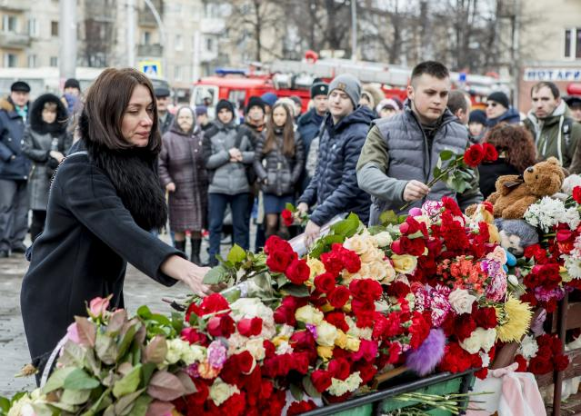 <p>People lay flowers for the victims of a fire in a multistory shopping center in the Siberian city of Kemerovo, about 3,000 kilometers (1,900 miles) east of Moscow, March 26, 2018. (Photo: AP) </p>