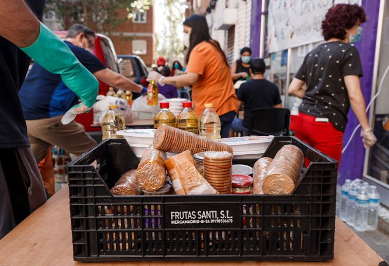 Vecinos del barrio de Aluche, en Madrid, reparten comida. (Photo: DeFodi Images via Getty Images)