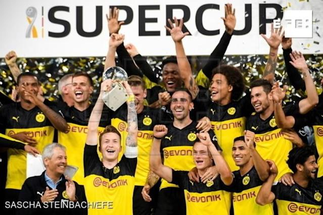 Dortmund players celebrate with the trophy after winning the German Supercup soccer match between Borussia Dortmund and FC Bayern Muenchen in Dortmund, Germany, 03 August 2019. (Alemania, Rusia) EFE/EPA/SASCHA STEINBACH CONDITIONS - ATTENTION: The DFL regulations prohibit any use of photographs as image sequences and/or quasi-video.