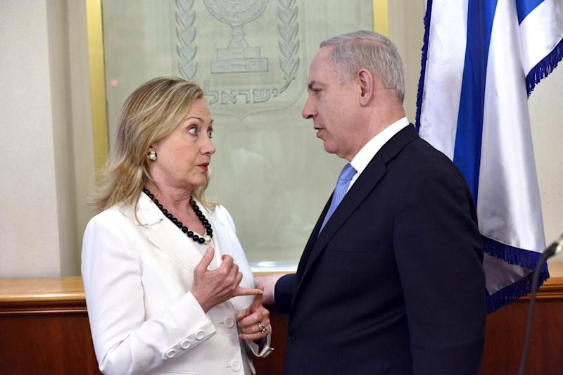 US Secretary of State Hillary Clinton, left, Israeli Prime Minister Benjamin Netanyahu talk in Jerusalem, Israel, Monday, July 16, 2012. (AP Photo/Brendan Smialowshi, Pool)