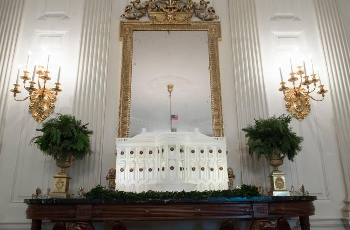 <p>The White House Gingerbread House is seen in the State Dining Room during a preview of Christmas and holiday decorations at the White House in Washington, D.C., Nov. 27, 2017. (Photo: Saul Loeb/AFP/Getty Images) </p>