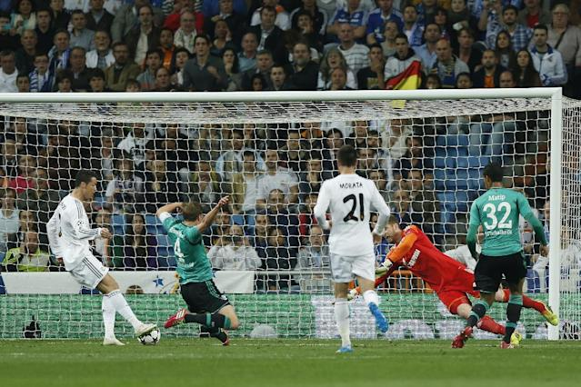 Real's Cristiano Ronaldo, left, scores during a Champions League round of 16 second leg soccer match against FC Schalke 04 at the Santiago Bernabeu stadium in Madrid, Tuesday March 18, 2014. (AP Photo/Andres Kudacki)