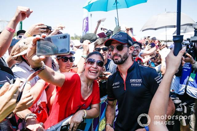 "Jose Maria Lopez (ARG), GEOX Dragon Racing con fans <span class=""copyright"">Joe Portlock / Motorsport Images</span>"