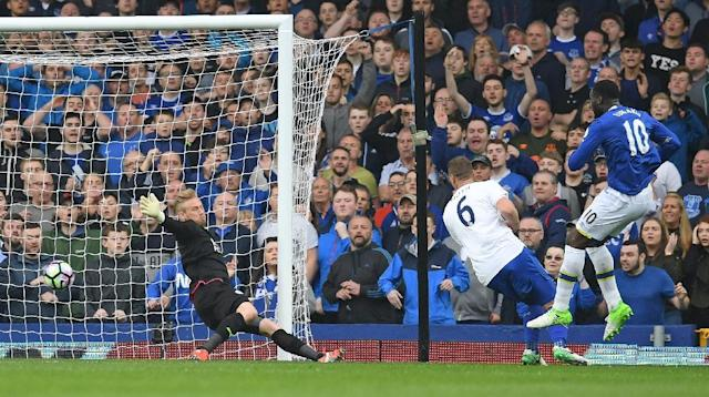 Everton's striker Romelu Lukaku (R) scores past Leicester City's goalkeeper Kasper Schmeichel (L) during the English Premier League football match between Everton and Leicester City at Goodison Park in Liverpool, north west England on April 9, 2017 (AFP Photo/Paul ELLIS)