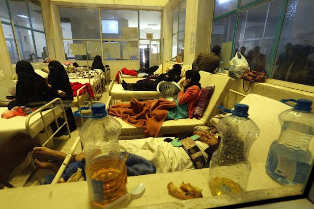 <p>Cholera-infected Yemenis receive treatment at a hospital amid a serious cholera outbreak in Sana'a, Yemen on June 22, 2017. (Yahya Arhab/EPA/REX/Shutterstock) </p>
